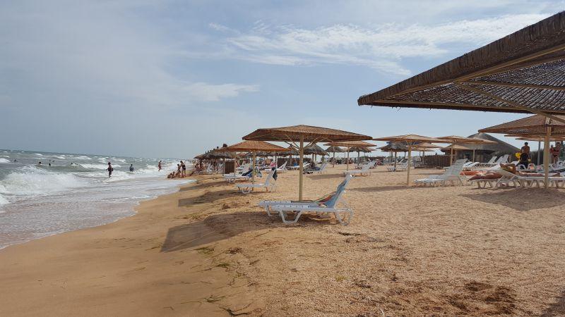 На фото: пляж на косі Арабатська стрілка