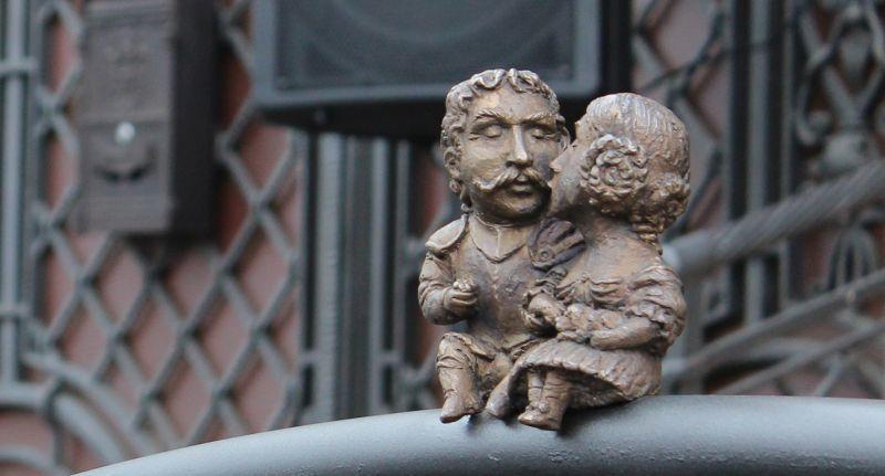 На фото: міні-скульптура Міклош Берчені та Крістіна Чакі, Ужгород