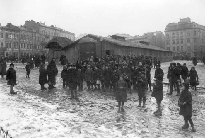 Громадські їдальні для збіднілих верств населення на площі Теодора. Фото років I Cвітової війни