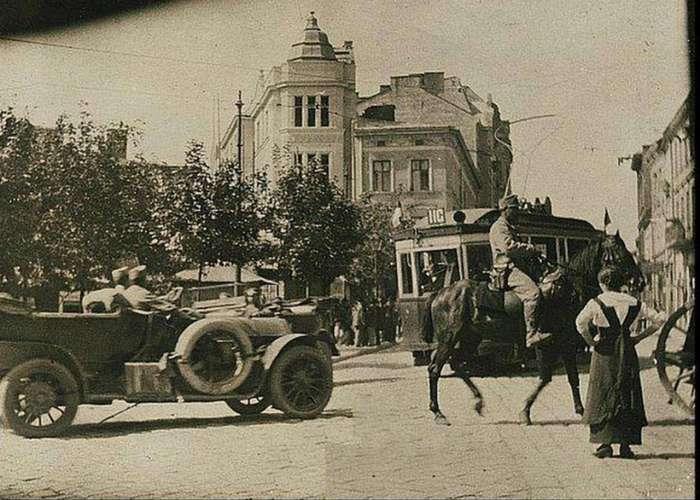 Початок нинішньої вулиці Хмельницького (по ходу трамваю) на фото 1915 року