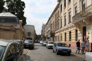 До приїзду Порошенка в центрі Львова прибрали запарковані авто
