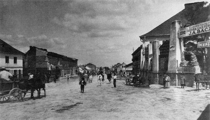Вид на Жовківську дорогу від фабрики Бачевських (праворуч). Фото 1905 року