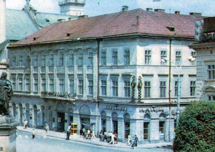 """Львів, будинок на площі Міцкевича, якого вже немає і біля якого зараз стоїть """"Опудало"""" Укрсоцбанку"""