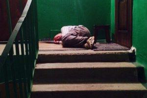 У Львові чоловік, який заснув в під'їзді, виявився у розшуку