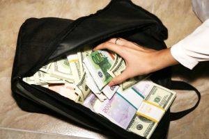 На кордоні з Польщею митники вилучили у львів'янина рюкзак із майже 3 мільйонами гривень