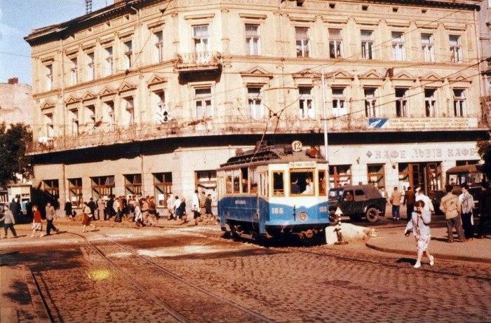 Львів, трамвай на перехресті проспекту Свободи і вулиці Дорошенка