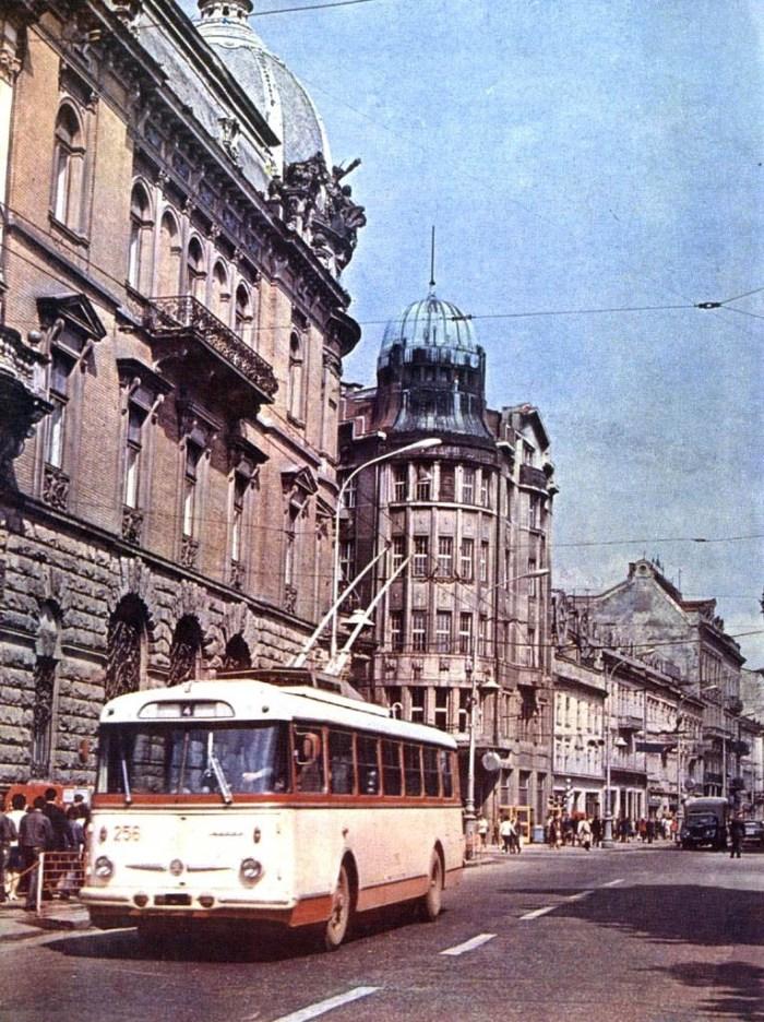 Львів, тролейбус їде по проспекту Свободи
