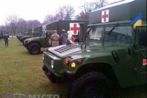 Порошенко з американцями передали солдатам медичні «Хаммери»