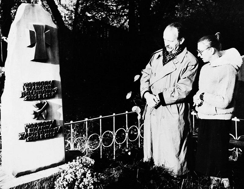 Чорновіл З сестрою Валентиною на могилі у батьків