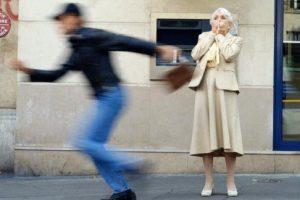 У Львові серед білого дня чоловік пограбував жінку біля банкомату