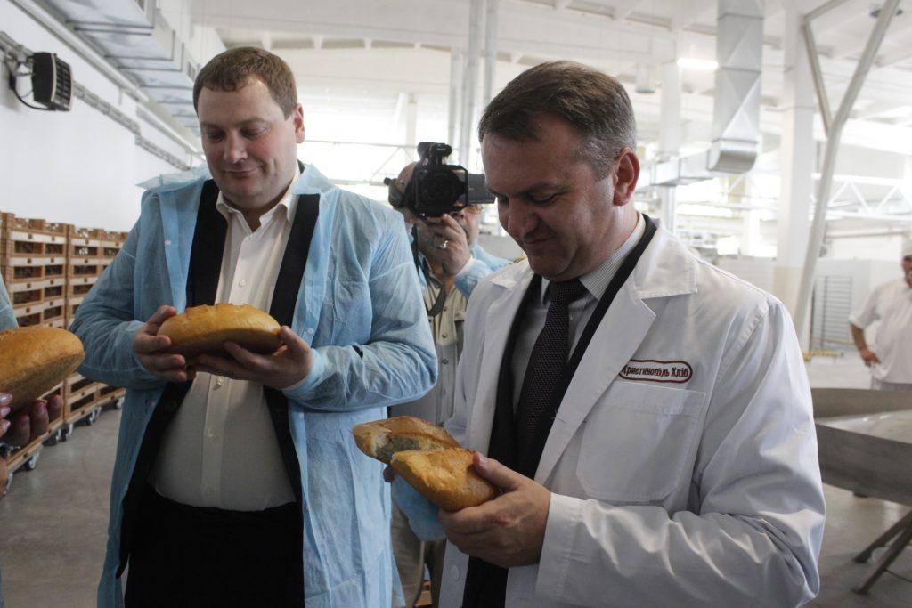 Синютка пробує розламати хліб під час відкриття хлібозаводу у Червонограді (травень 2016 року, фото ЛОДА)