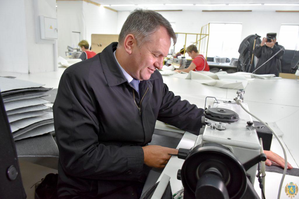 Під час відкриття швейної фабрики у Кам'янці-Бузькій Олег Синютка спробував себе у ролі швачки (березень 2017 року, фото ЛОДА)