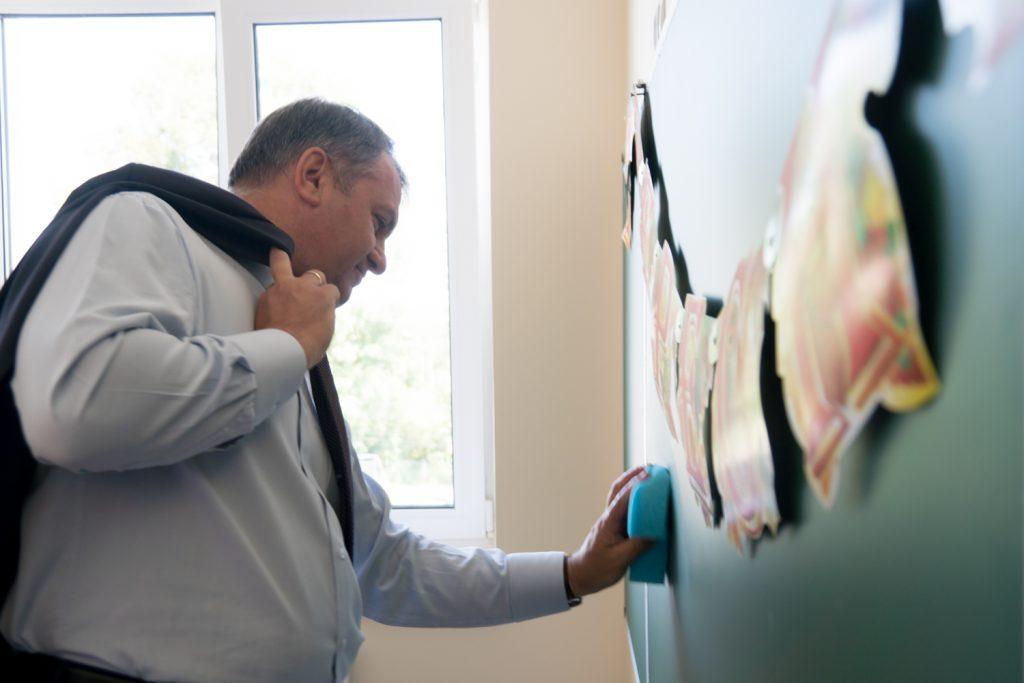 Очільник Львівщини витирає дошку у одному з класів нової школи у селі Гамаліївка, що на Пустомитівщині (серпень 2017 року, фото ЛОДА)