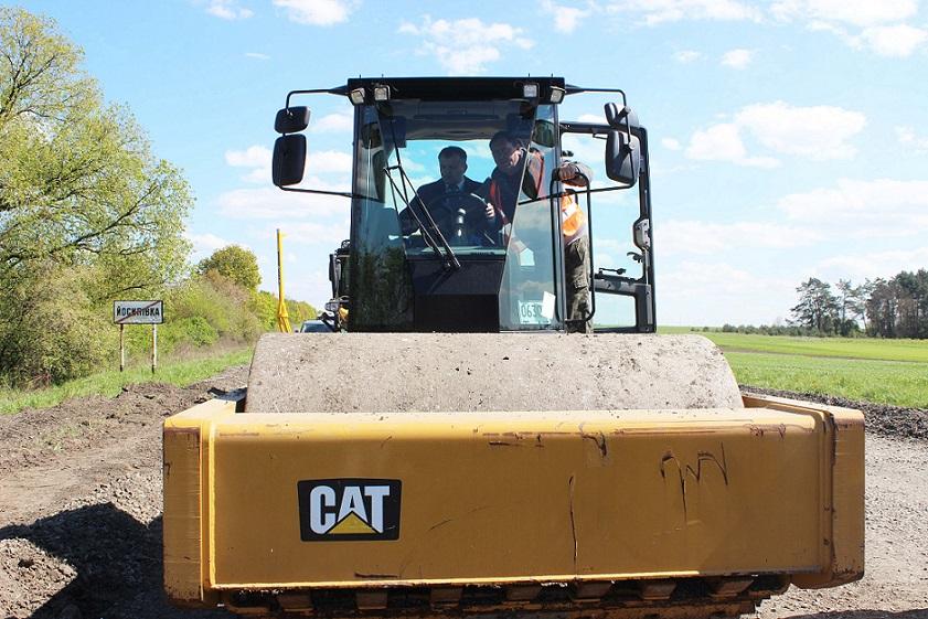 Під час огляду виконання ремонтних робіт на дорозі Радехів-Червоноград Олег Синютка спробував себе за кермом асфальтного котка (травень 2016 року, фото ЛОДА)