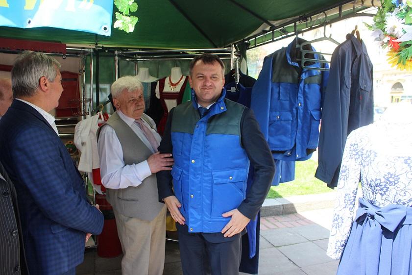 Олег Синютка приміряє жилетку під час відвідин фестивалю професійно-технічної освіти (травень 2016 року, фото ЛОДА)