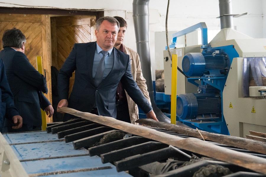 Під час відкриття нових потужностей ДП «Буський лісгосп» Олег Синютка випробував, як працює нова лісопильна лінія (серпень 2017 року, фото ЛОДА)