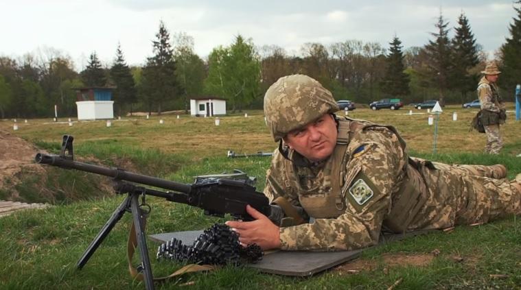 Синютка провів день з прикордонниками та постріляв з різних видів зброї (травень 2017 року, скріншот з програми«Західний Кордон»)