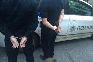 У Львові затримали двох працівників поліції під час одержання хабара в 1700 доларів і 4000 гривень