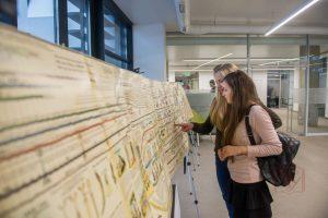 Львів'янка презентувала бібліотеці УКУ семиметрову карту з історією людства
