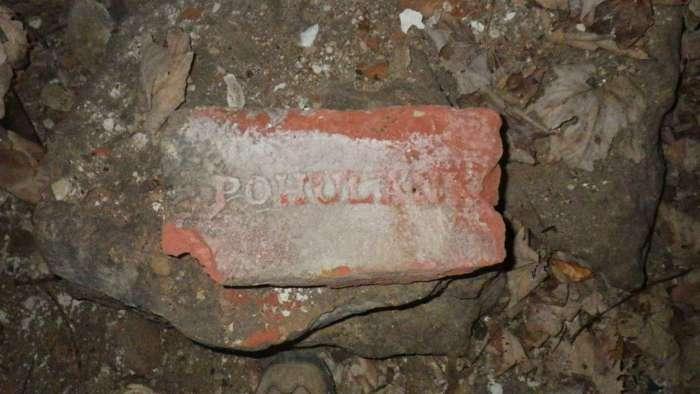 Цеглина вироблена на Погулянці, знайдена на території винзаводу – колишньому броварі Кляйна. Фото наших днів