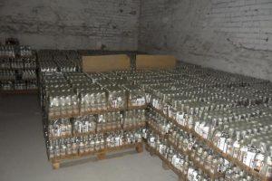 На Львівщині викрили підпільний цех. Вилучили понад 600 літрів спирту