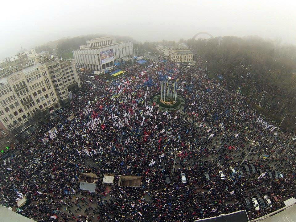 24 листопада, перший багатотисячний мітинг на Європейській площі. Фото Andrii Bozhok.