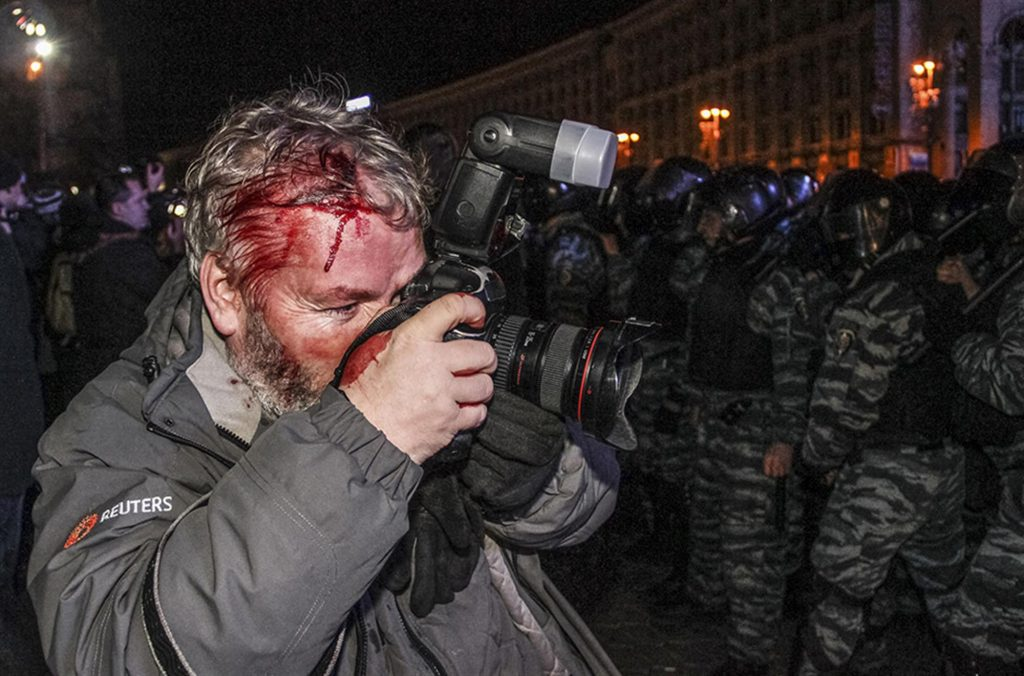 Ніч з 29 на 30 листопада, перша зачистка Майдану. На фото Гліб Гаранич, кореспондент Рейтерс. Фото Reuters.