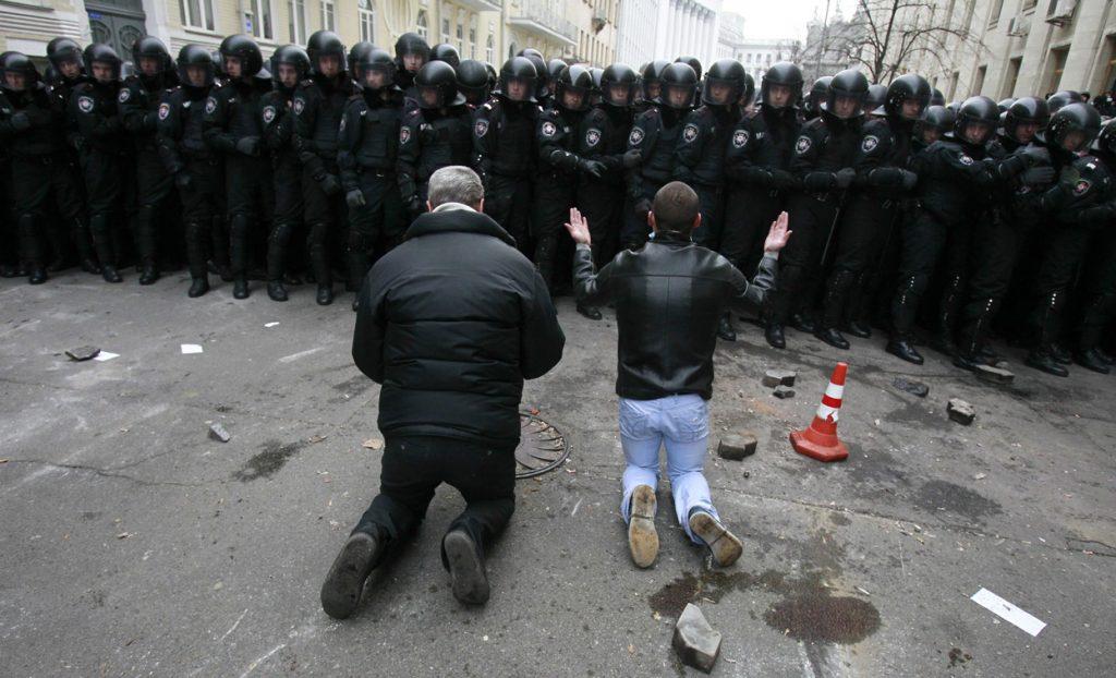 1 грудня мітингувальники перед силовиками. Фото Reuters / Gleb Garanich.