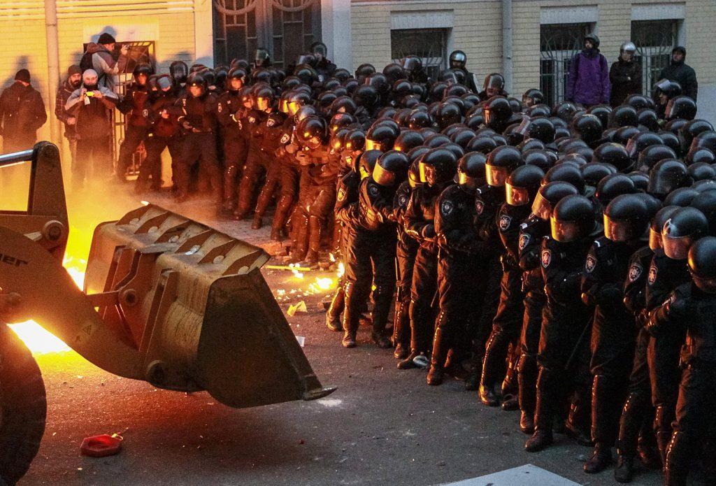 1 грудня штурм Адміністрації Президента. Фото Reuters / Gleb Garanich.