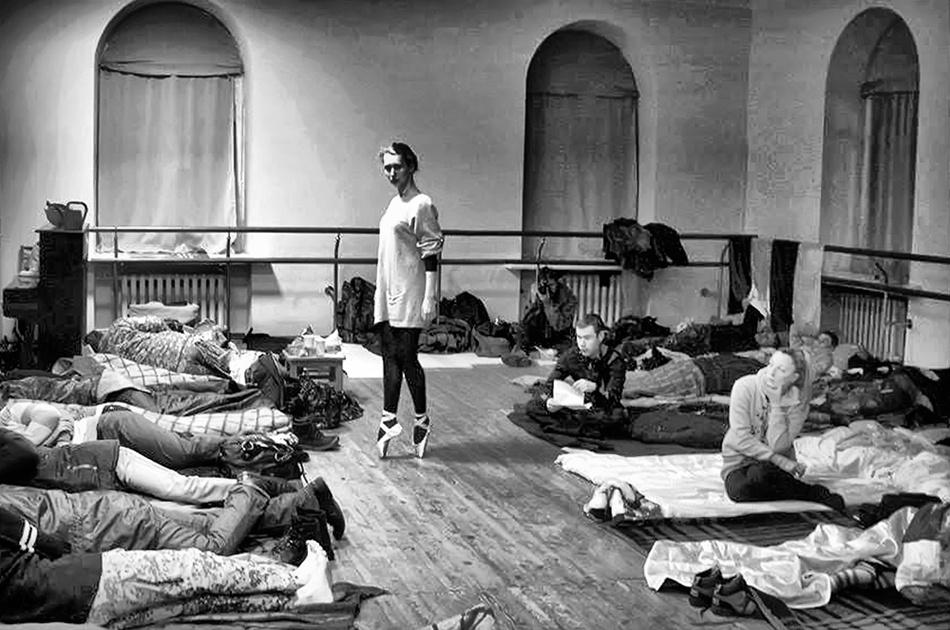 Ніч з 2 на 3 грудня, балерина на пуантах в захопленому мітингувальниками Жовтневому палаці. Фото Марії Волкової.