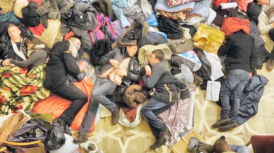 Один з грудневих днів, у захопленому КМДА сплять мітингувальники. Кадр відео Андрія Литвиненка.