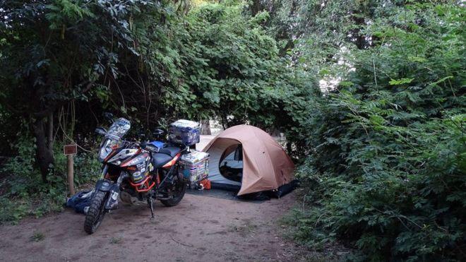 Кемпінг у Ботсвані. Свою подорож навколо світу Анна Гречишкіна здійснює на мотоциклі KTM