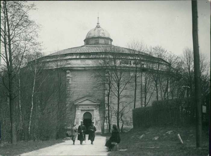 Сцена біля Рацлавіцької панорами, тер. нин. Стрийського парку. Фото до 1925 року