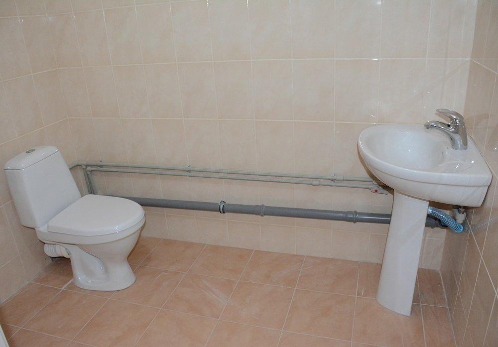 Посадовці і депутати оглядають відремонтований туалет