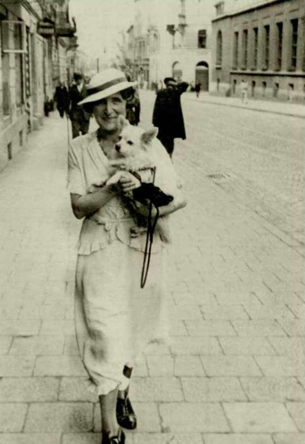 Львів'янка на прогулянці нин. вул. Дорошенка. Фото до 1939 року