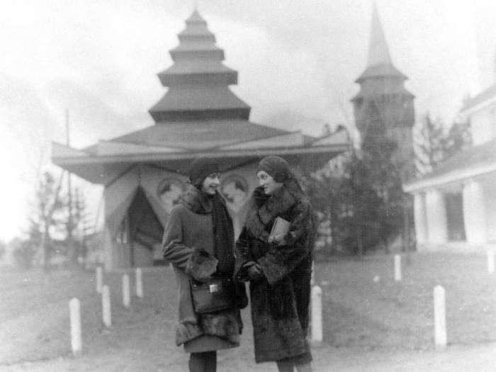 Панянки на прогулянці теренами нин. Стрийського парку. Фото до 1939 року