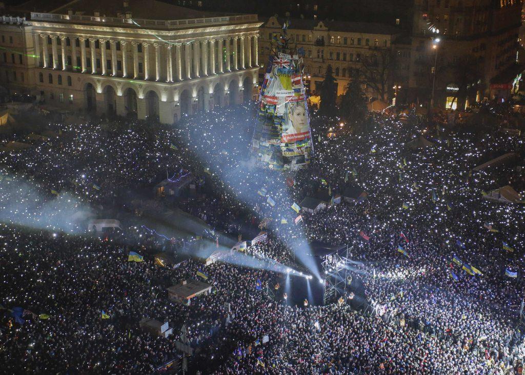 Новорічна ніч на Майдані, близько півмільйона українців співають гімн. Фото ТСН.