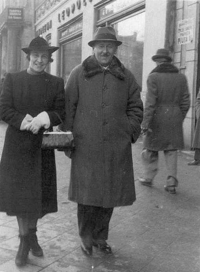 Пара на прогулянці суч. пр-м Свободи. Фото до 1939 року