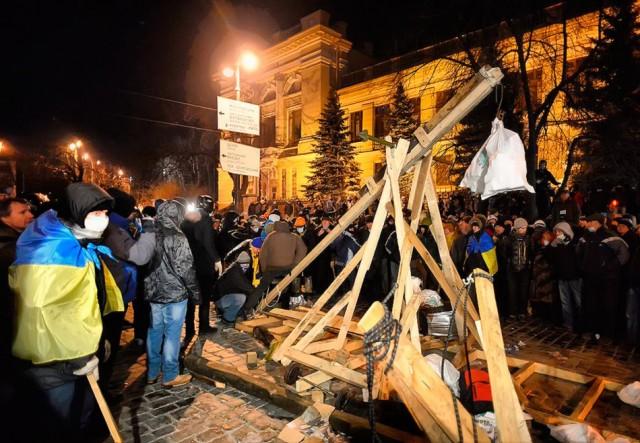 20 січня, споруджена мітингувальниками катапульта. Фото VASILY MAXIMOV / AFP.