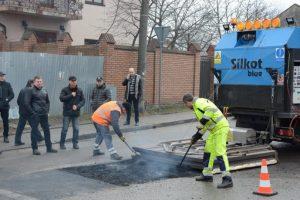 У Львові випробували новий метод зимового ремонту доріг