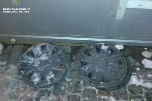 У Львові затримали крадія автозапчастин, шукають власників автомобільних ковпаків