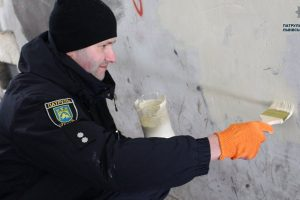 У Львові поліція зафарбовує рекламні написи про продаж наркотиків