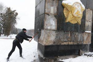 Демонтаж 30-метрового пілона Монумента Слави. Подробиці