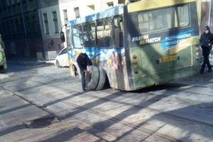 У Львові на ходу у маршрутки відвалилося колесо. Фото