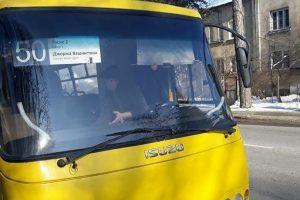 У Львові всі пасажири вийшли з маршрутки, бо водій відмовився везти пенсіонера за півціни