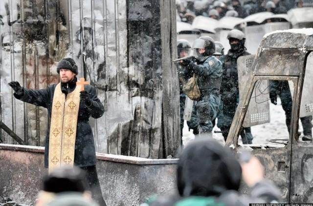 22 січня, священик закликає до перемир'я. Фото Segei Supinski / Getty Images.