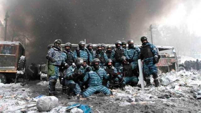 22 січня, бійці Беркута позують на тлі згорілого автобуса на Грушевського. Фото з сайту joyreactor.cc.