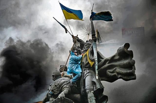22 січня, мітингувальник на пам'ятнику засновникам Києва. Фото Jeff J Mitchell / Getty Images.