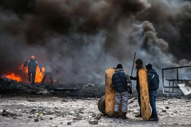 24 січня, мітингувальники перед палаючими шинами. Фото Іллі Варламова, zyalt.livejournal.com.