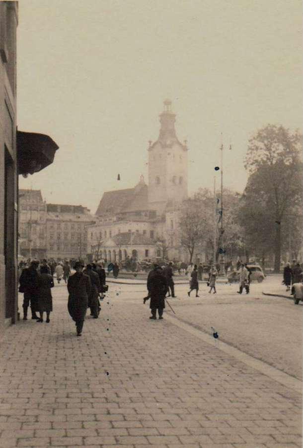 Городяни на розі суч. пр-ту Свободи – вул.Гнатюка. Фото до 1939 року